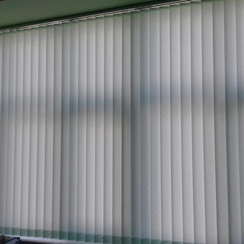 вертикальные жалюзи в офис style=