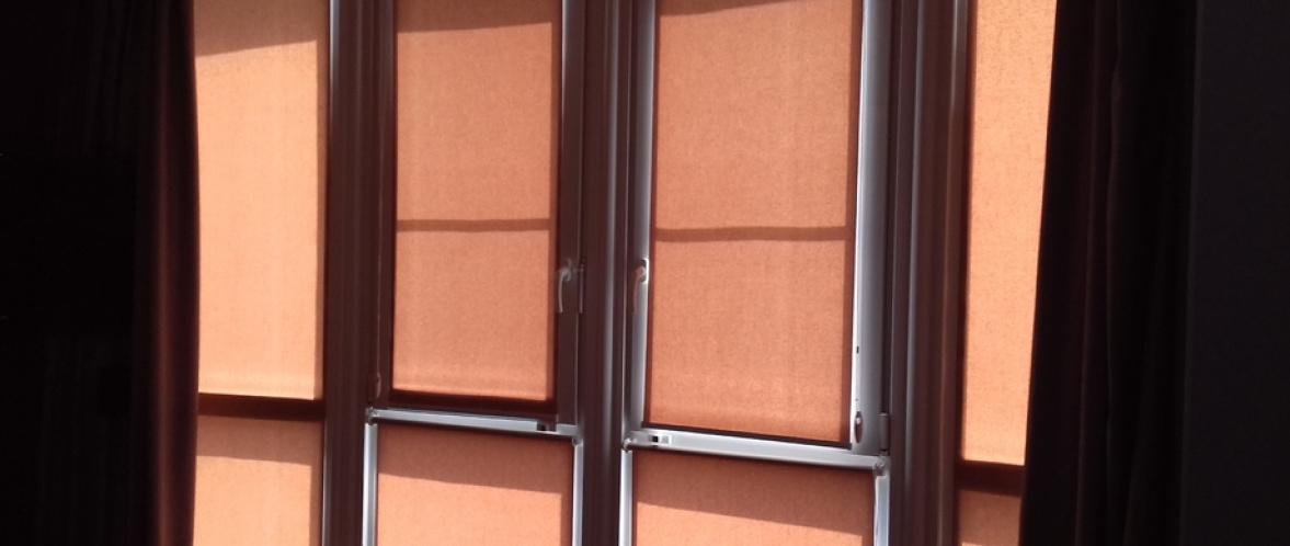 рулонные шторы на балконе style=