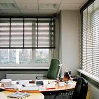 Горизонтальные жалюзи в офис на окна и меж офисные перегородки